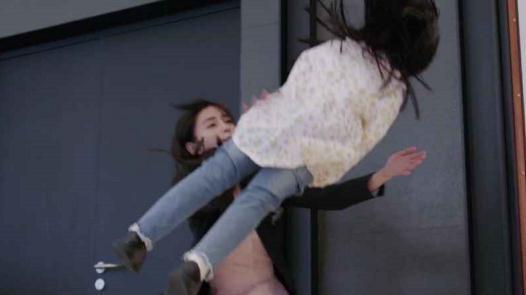杨颖徒手接孩子,高空下坠结果只脚崴,baby的这部戏好假的!