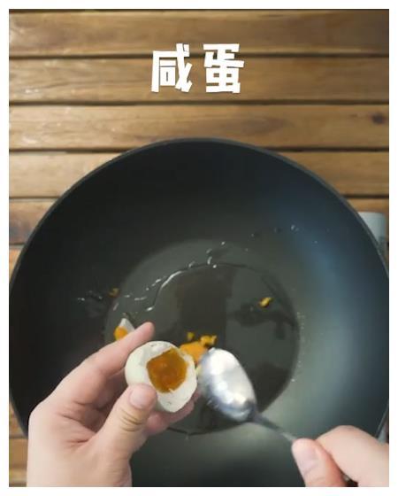 金沙火腿豆腐  缓解更年期,防乳腺癌,有益大脑