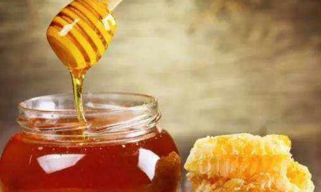 过期的蜂蜜扔掉很浪费,教你蜂蜜的3种神奇妙用,居家都能用的到