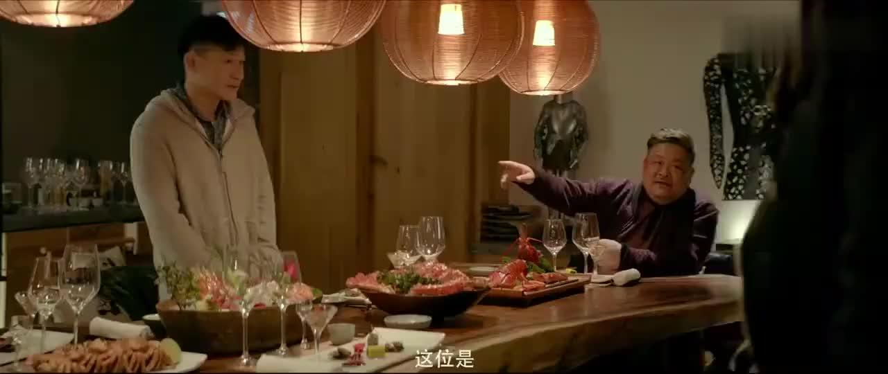 看老戏骨林雪请人吃饭这一桌子的龙虾海鲜看的我流口水