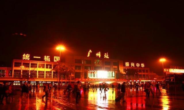 中国最霸气的火车站,敢用这8个字做响亮标语,简直振奋人心!