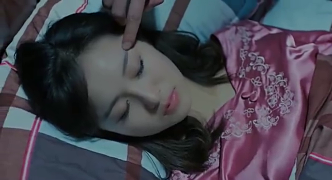 美女正在熟睡,突然被吸血鬼咬了一口,醒来后吓坏了