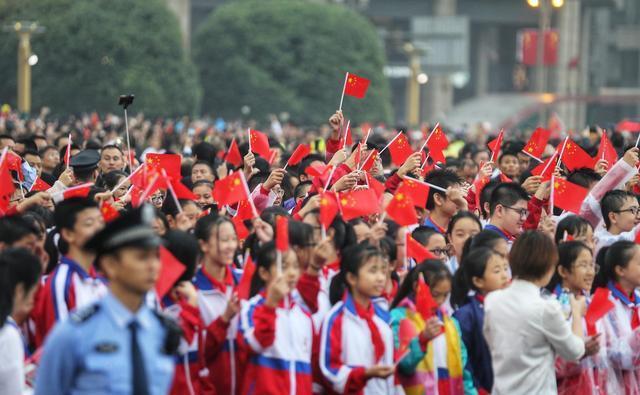 从5岁开始 她每年国庆都来天府广场为祖国庆生