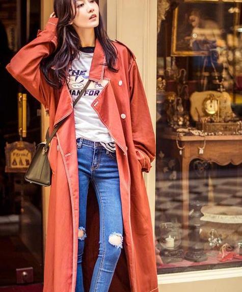 王鸥穿风衣街拍凹造型,内搭白T恤牛仔裤,超级时髦