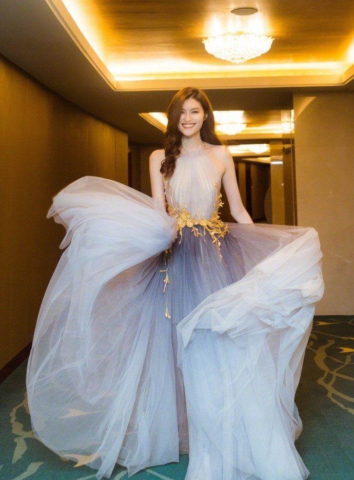 组图:何穗身变色纱裙礼服搭配微卷长发,优雅又不失妩媚