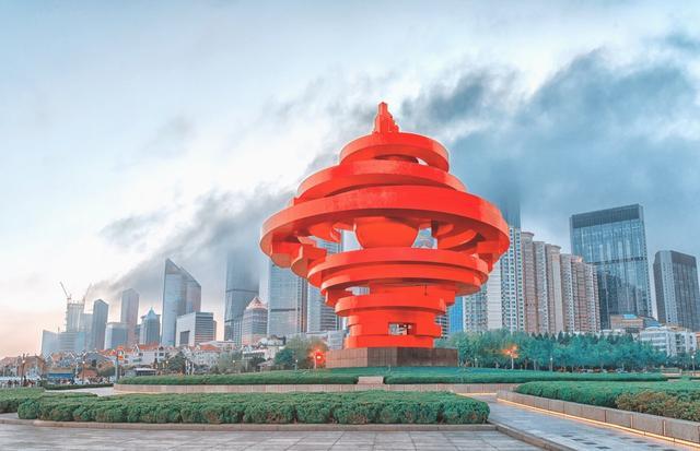 五四广场因中国近代史上伟大的五四运动导火索而得名,如今是景点