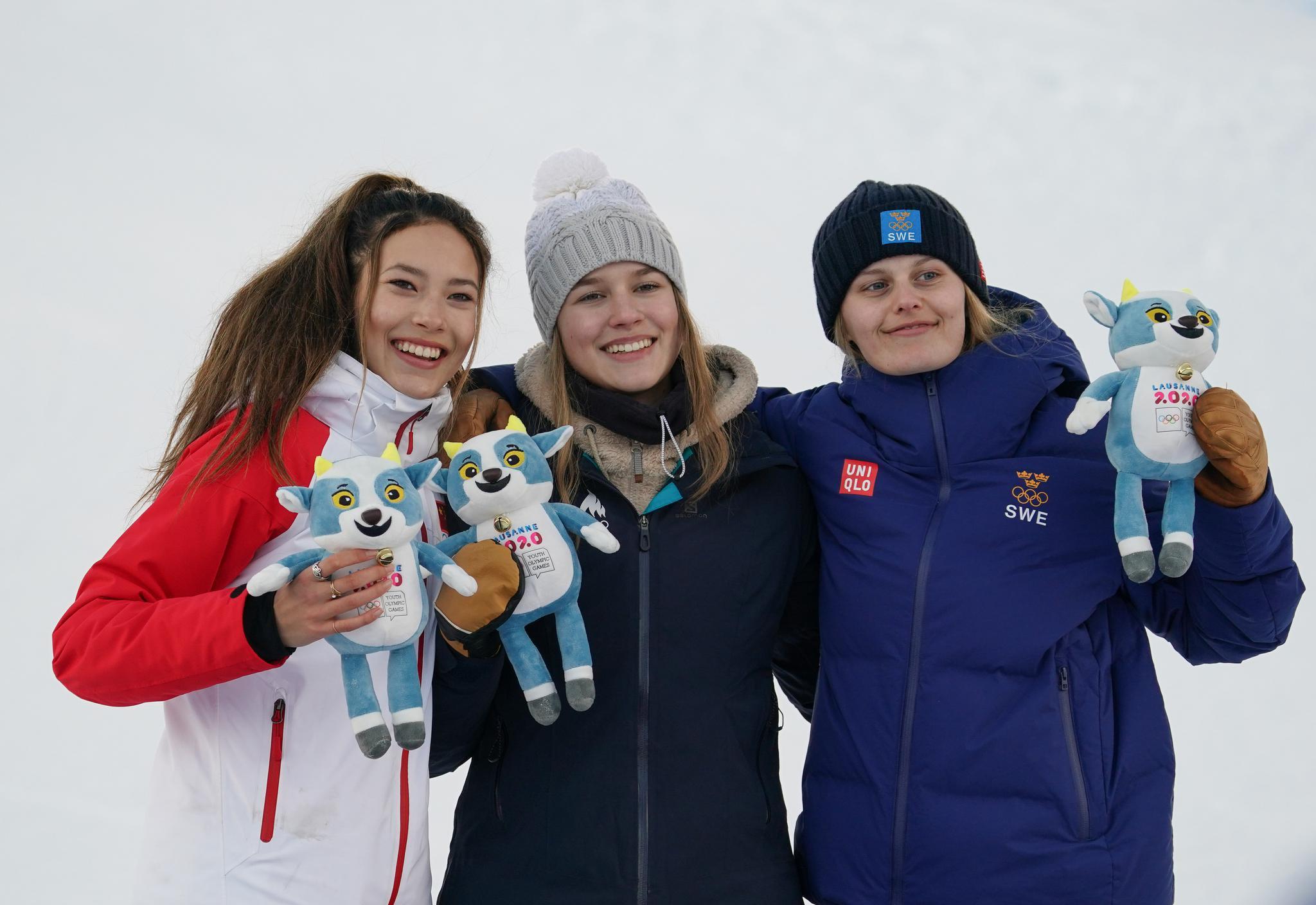 自由式滑雪——爱沙尼亚选手西尔达鲁获女子坡面障碍技巧冠军