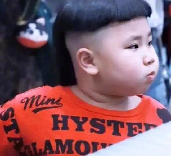 郭德纲4岁儿子留齐腰长发,五官神似爸爸,童年比郭麒麟幸运!