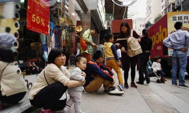 香港本地人到底是如何一眼认出大陆游客的,仅需看2点,太高明了