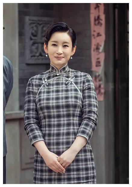 女演员的旗袍装,刘亦菲平淡、胡冰卿像丫鬟,只有秦海璐拥有姓名