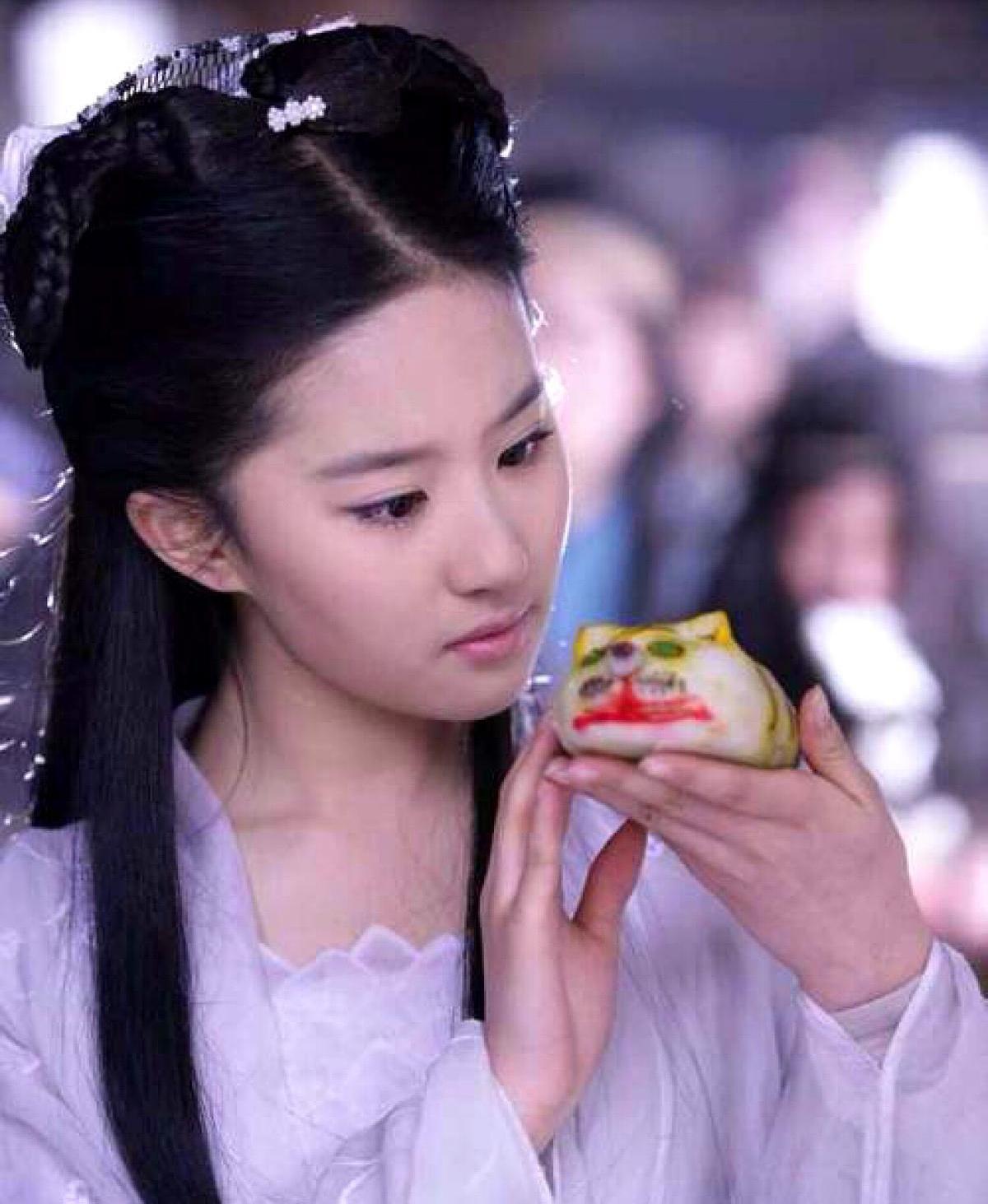 刘亦菲早期红毯照片,生图状态近乎完美,简单抹胸裙衬出仙女气质