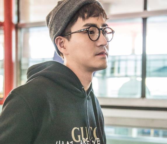 偶像艺人杨玏,休闲时尚机场街拍鉴赏