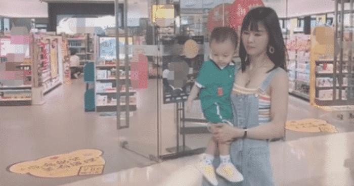 """抖音""""最年轻外婆""""火了,抱着孩子逛商场,网友:孩子的妈妈"""