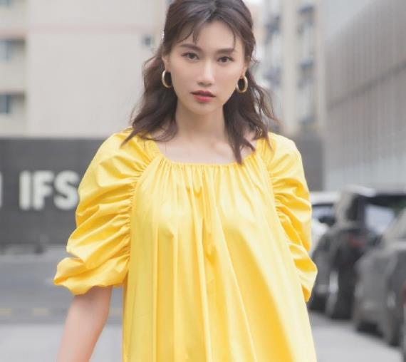 李斯羽时尚养眼街拍,于她柔也好、媚也好、都是毫不费力的拿捏