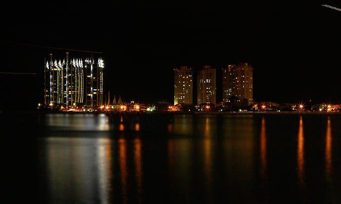 坐一个迪吧小睡一会儿,喝点咖啡,准备熬夜——这个城市不睡觉.
