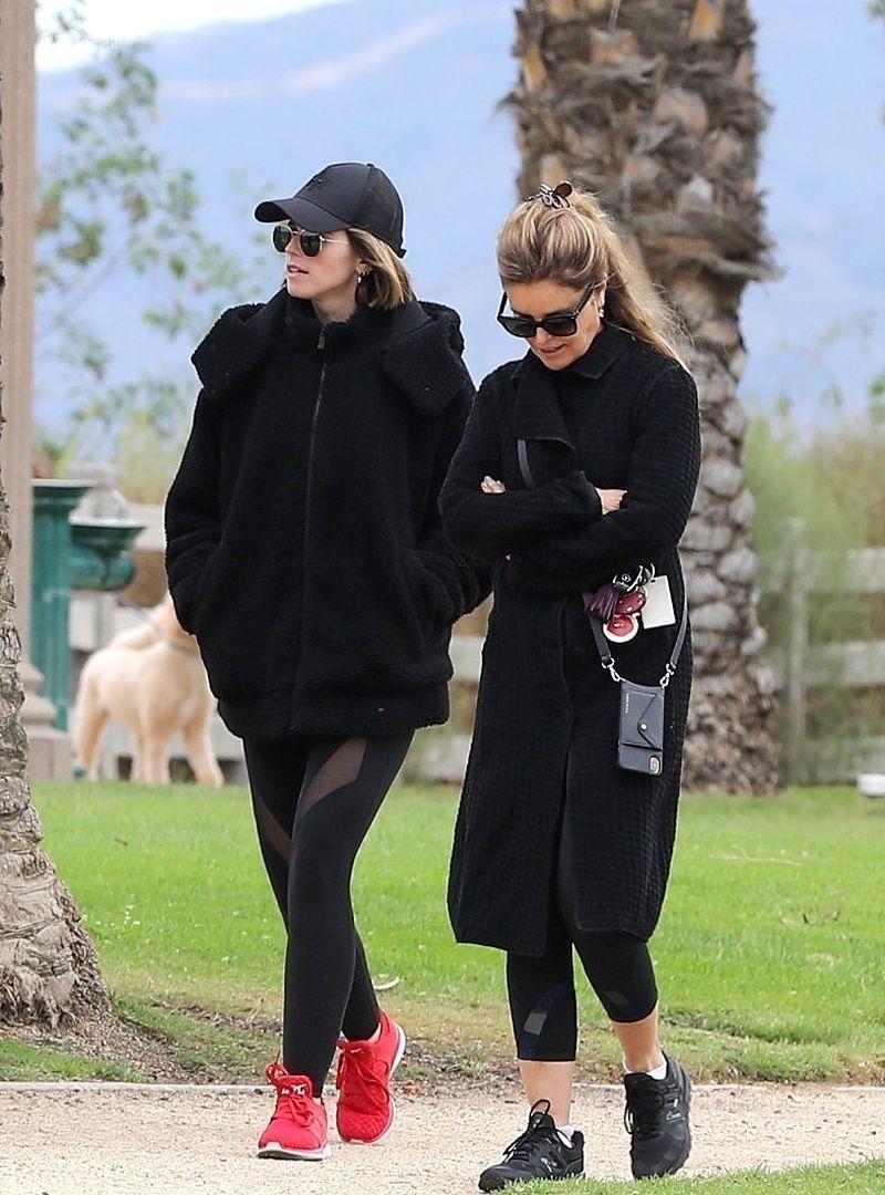 穿搭达人!凯瑟琳穿一身黑装御姐范满屏,脚踩红鞋夺人眼