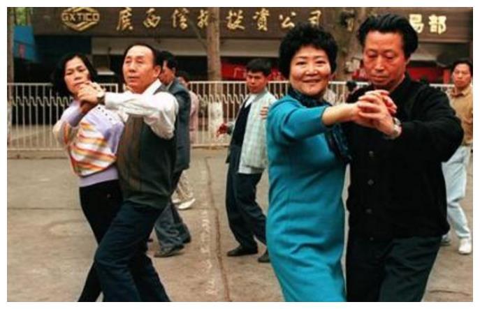 90年代中国老照片:图1跳交谊舞的大爷大妈,图4早期的迪厅