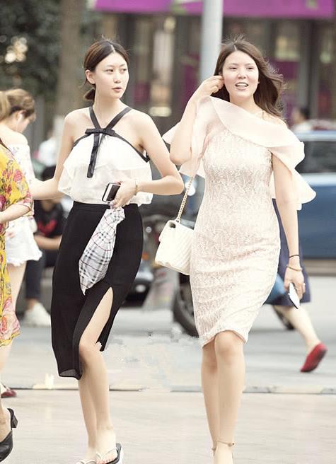 美女街拍:潮流小姐妹一起出门,精致的穿搭美得很高级!