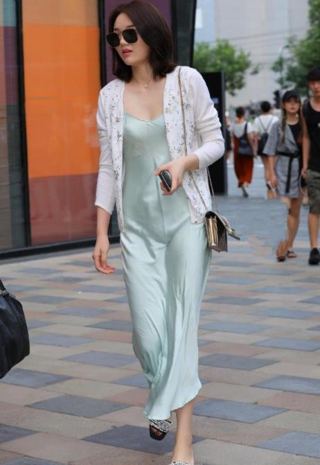 街拍:名嫒美姝的美女,一条浅绿色连衣裙外搭白色开衫,时尚魅力