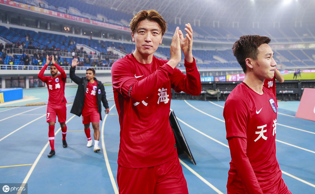 胜利来之不易!天海赛后谢场疯狂庆祝,杨旭、李玮锋为球迷鞠躬