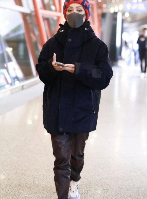 宁静终于服老!47岁不扮嫩,穿大妈款运动外套,效果却出奇的好