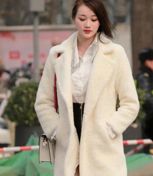 街拍:气质高雅的美女,一件白色的长款外套,穿出时尚女神范