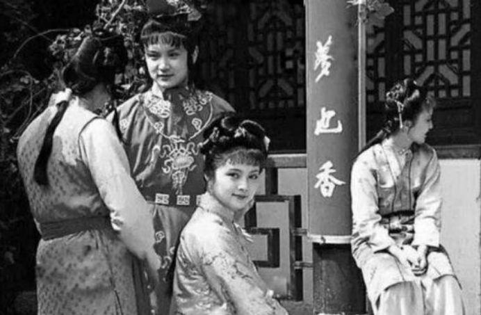 红楼梦幕后照:图四是导演执导湘云醉卧,图六女演员们军大衣合影