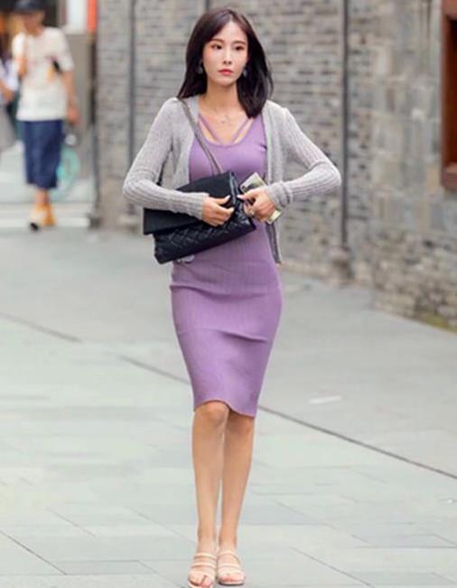 街拍:姿色天然的美女,一条紫色的连衣裙外搭灰色开衫,魅力十足