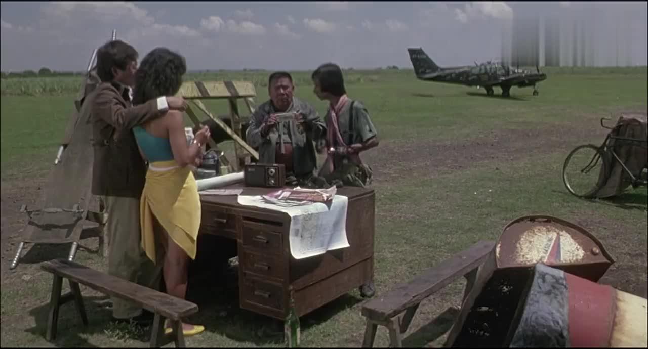 小伙带美女坐私人飞机一坐上去就后悔了豆腐渣工程飞机