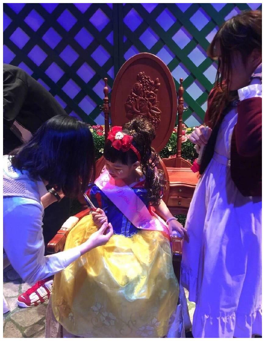 朱茵分享女儿黄莺公主照,变身白雪公主的她可爱极了!