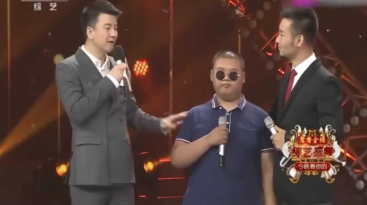 刘和刚的学生是盲人清唱《父亲》泣不成声刘和刚始终紧握双手