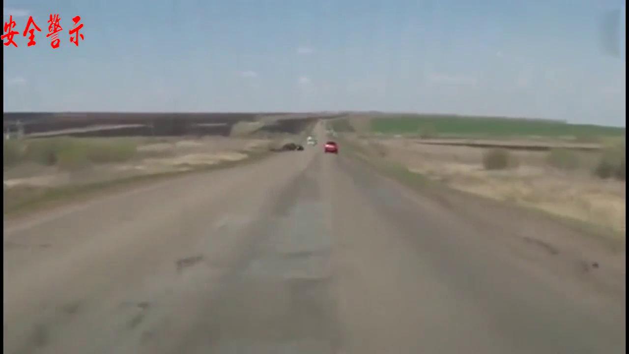 视频:国外车友分心驾驶失控驶下路肩,过路的力帆320是亮点!