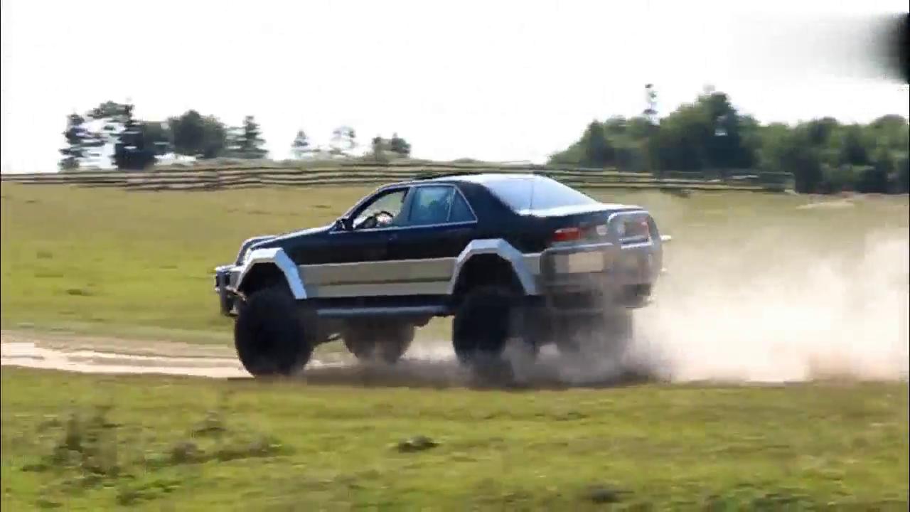 视频:还能认出这是奔驰S500吗?和小车较量,直接让对方保险杠散架