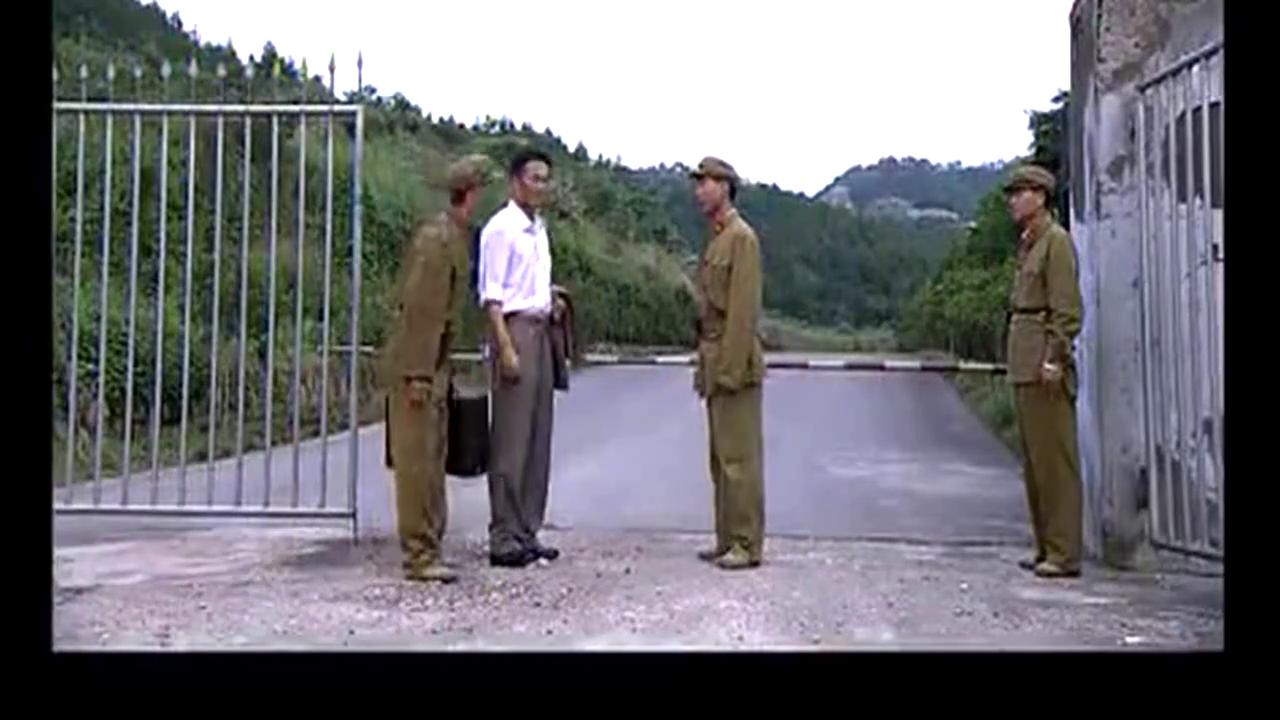 邓稼先一脸漆黑,士兵不让进机场,上将亲自来接,士兵以为是大将