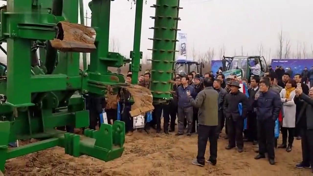农村土地不用犁地了!这台拖拉机开过去就能直接播种,太牛了!
