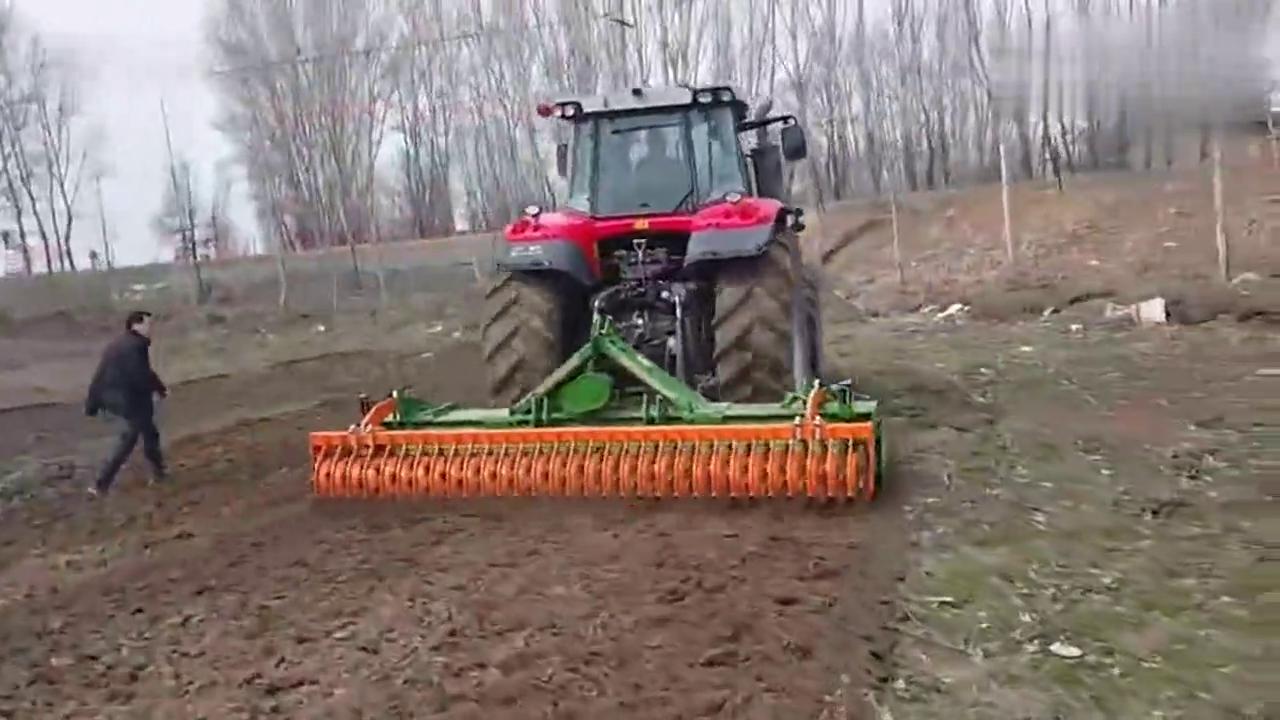 农村土地再不用犁地了!这台拖拉机开过去能直接播种,太牛了!