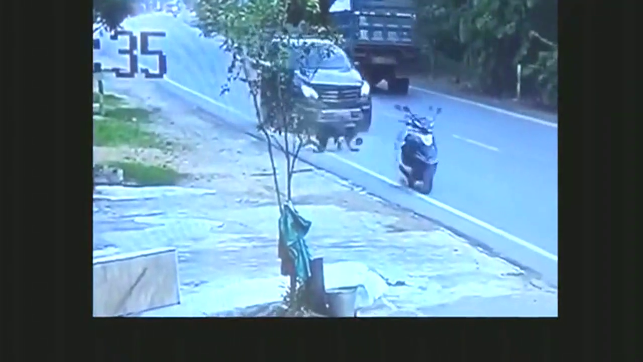 大马路上出现一辆无人驾驶电动车,明明是个悲剧,大家却都在笑!