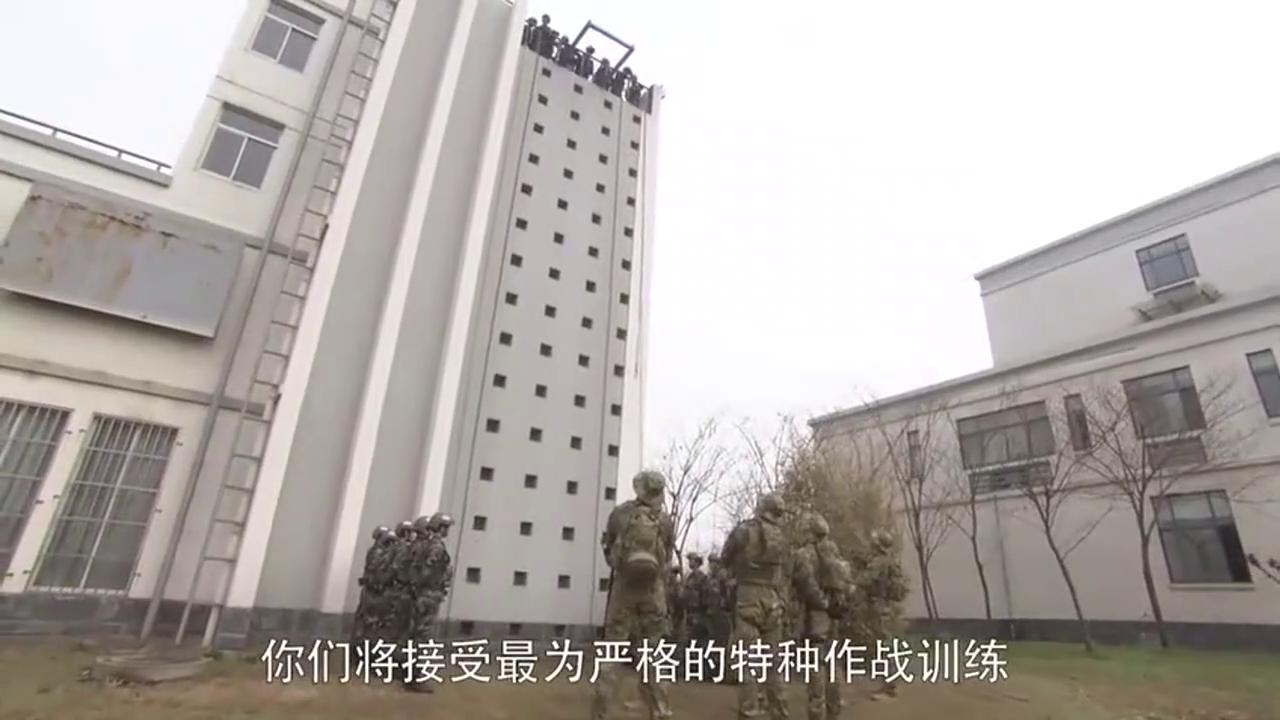 美女兵秀技能20层楼索降头朝下3秒到达地面,却被教官怒骂