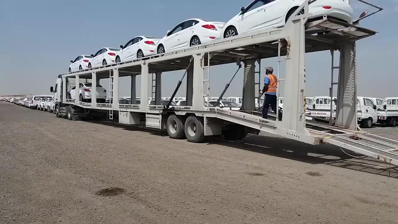 轿运车卸货这些可都是新车啊司机开车真狠看着都心疼