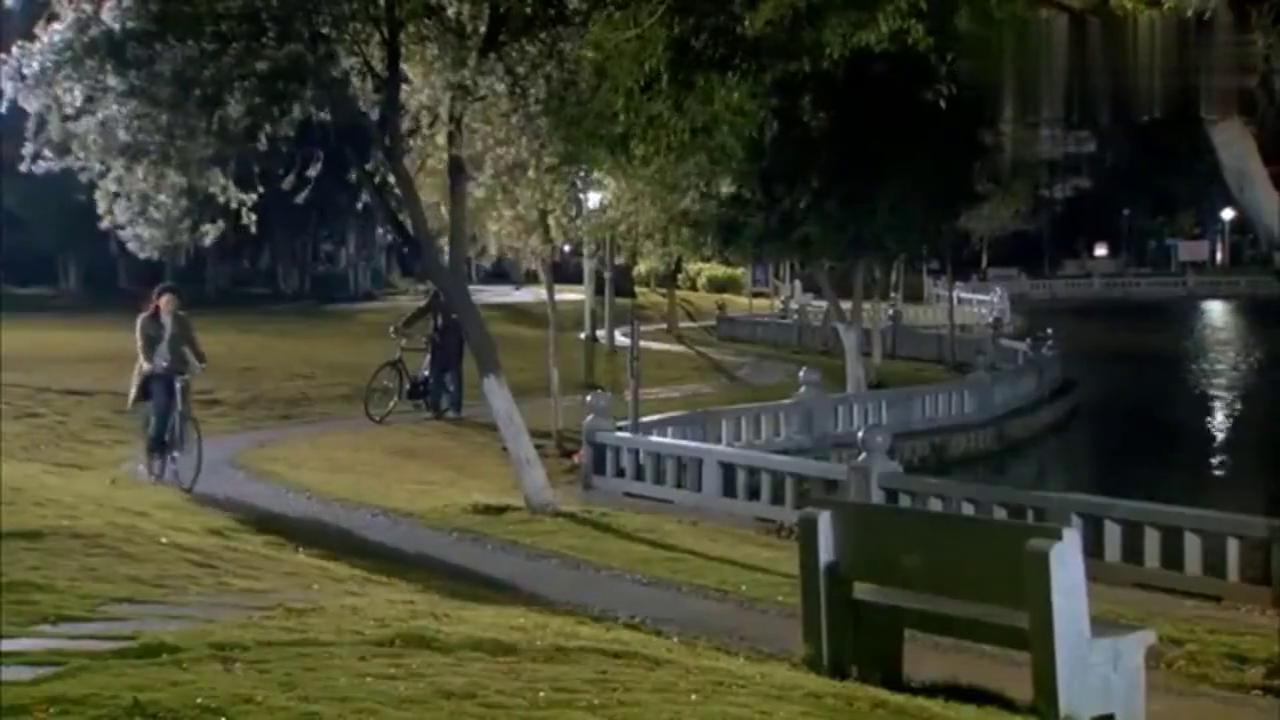 二十岁小伙闯入单身妈妈生活,两人深夜草地热烈拥吻,彻底沦陷!