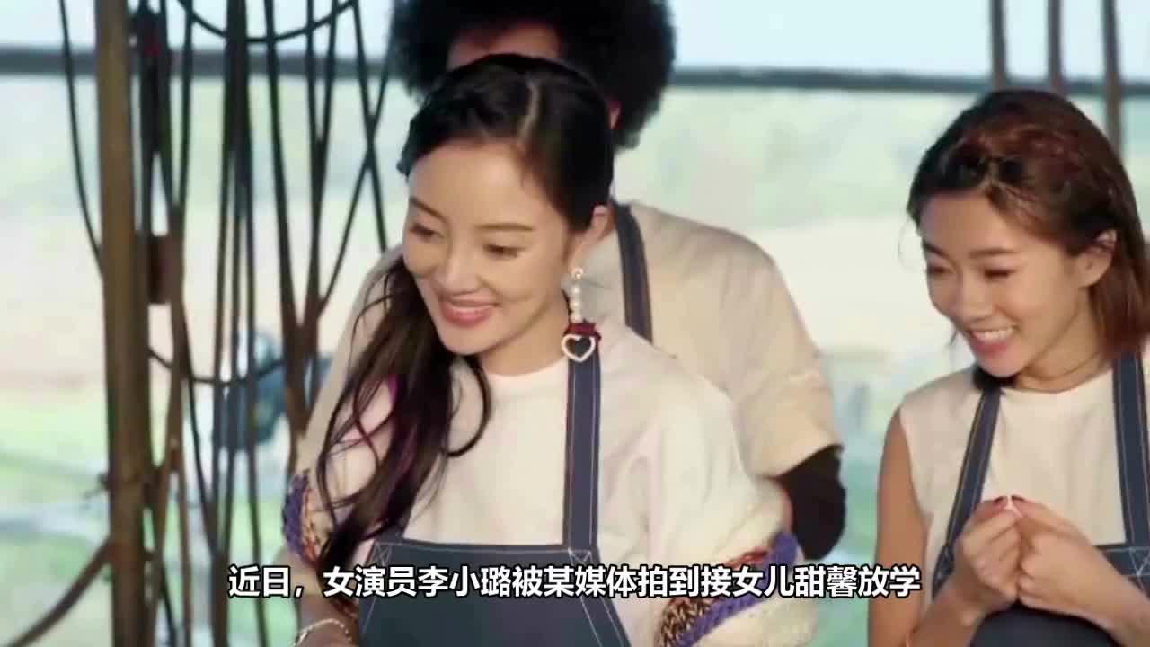 李小璐短上衣露小蛮腰路边凹造型拍视频带奶茶接甜馨放学