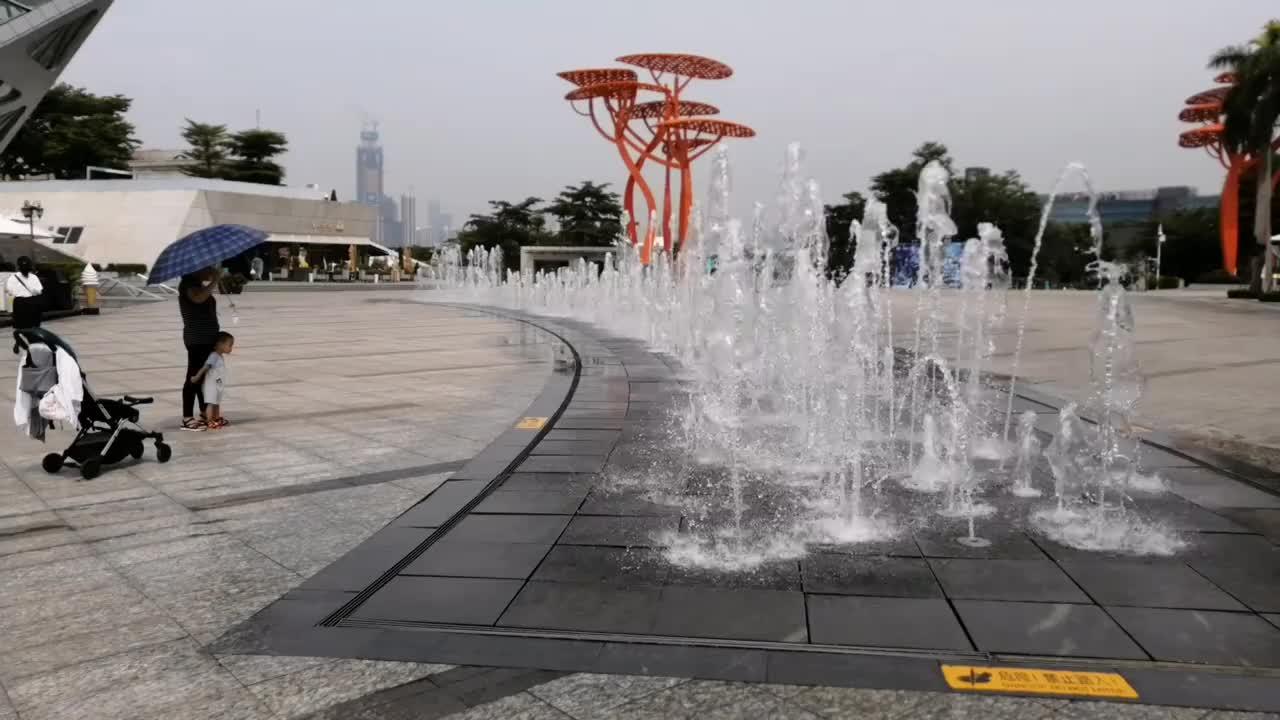 深圳欢乐海岸小朋友在喷泉旁好开心童年真美好