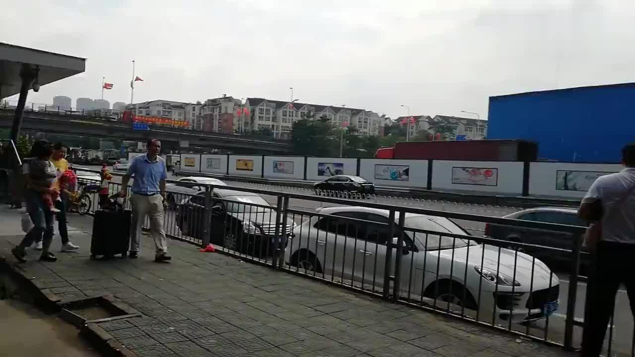 地铁出口络绎不绝的景象还有芒果哈密瓜的叫卖声