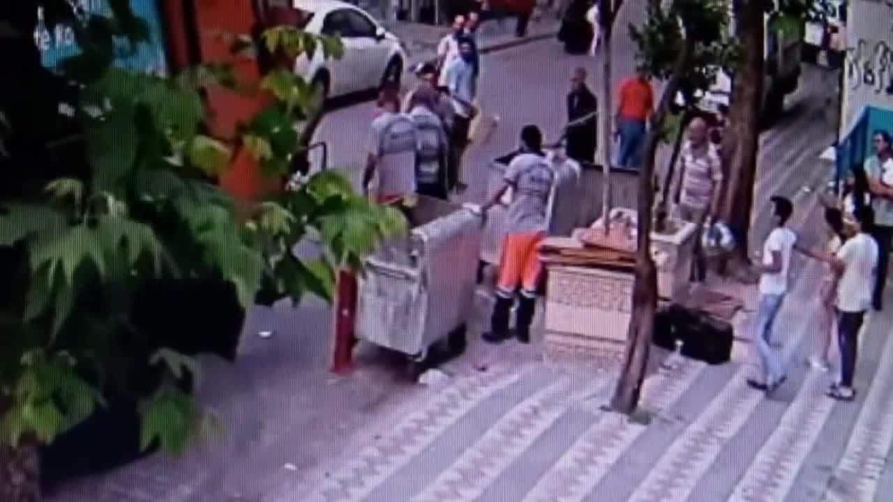 一位拾荒者与清运垃圾级的工人发生冲突 一斧头朝男子砸去