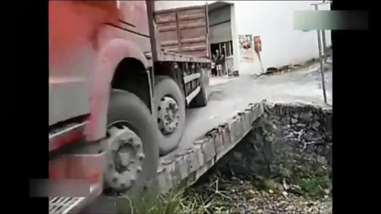 绝对的老司机,开大货车过窄桥,这技术大写的服