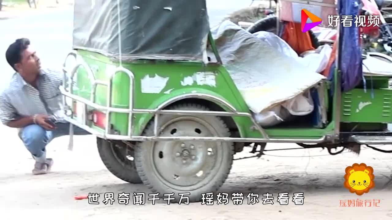 在路人背后捏爆气球路人被吓到颤抖差点摔下三轮车