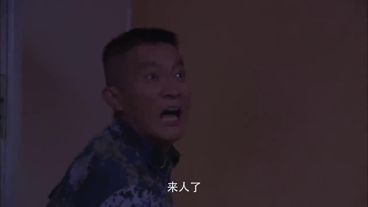 火蓝刀锋:蒋小鱼张冲半夜偷旗,怎料被武钢抓个正着!这尴尬了