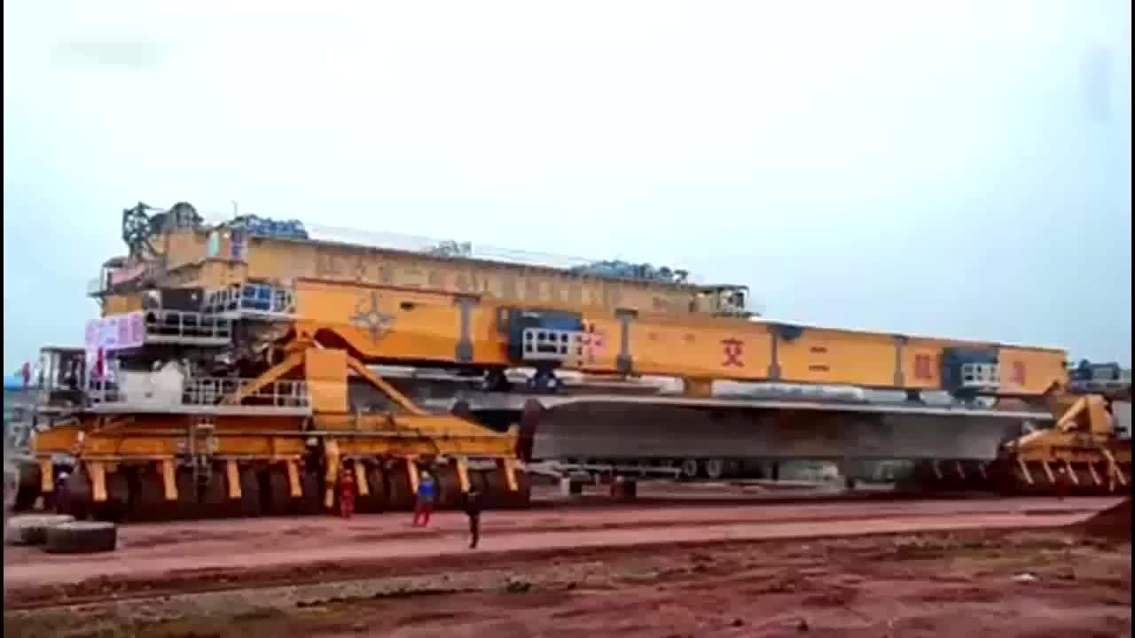 高速铁路运架梁一体机作业全程实拍,中国高铁不愧世界第一
