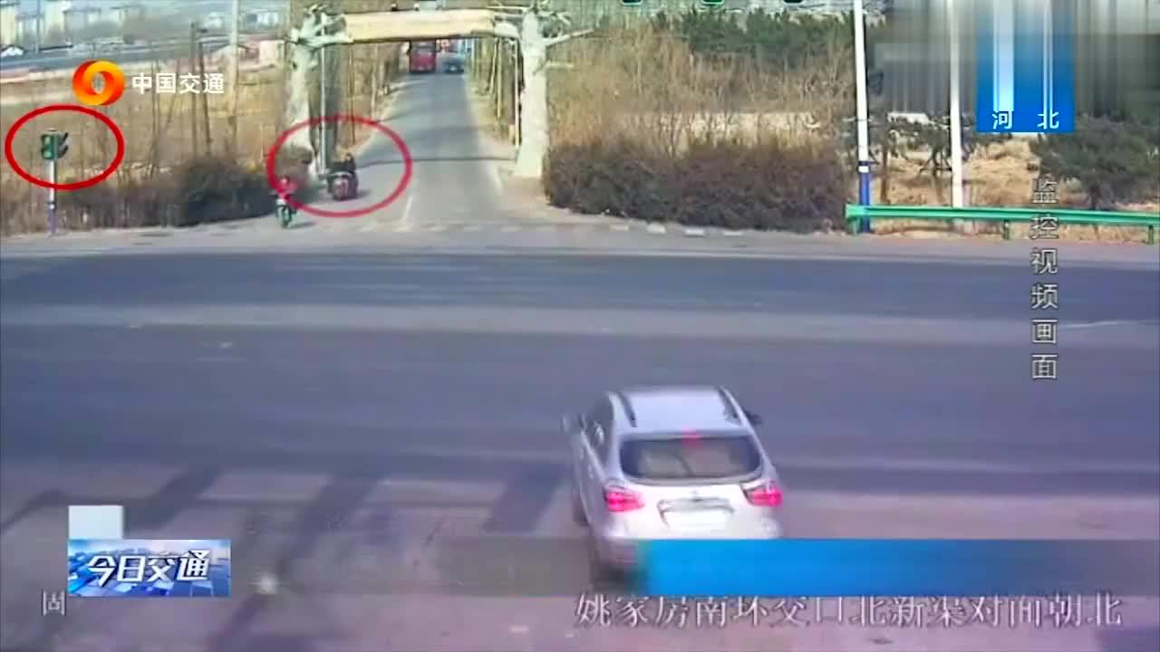 三轮车闯红灯过路口被超速行驶大货车撞飞