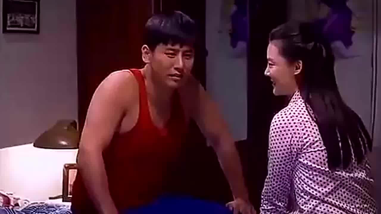 农村小媳妇被丈夫哄得异常开心还主动亲吻他画面甜蜜